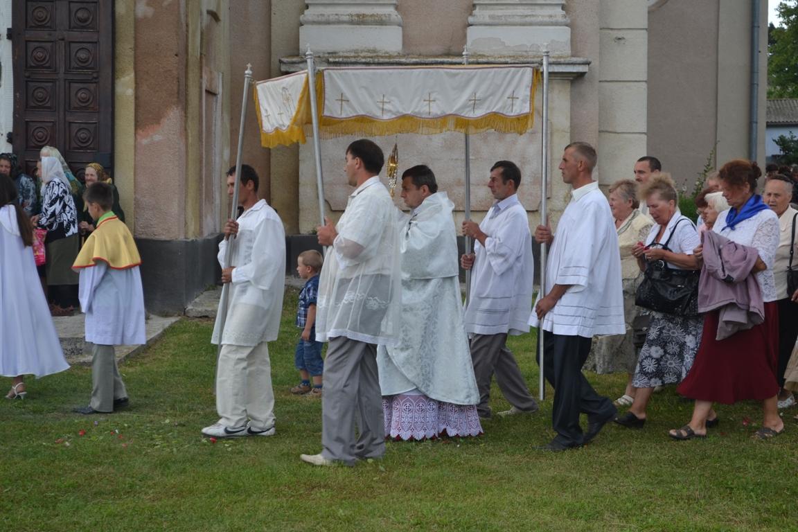 Леон Дубравський під час служби і ходи навколо храму